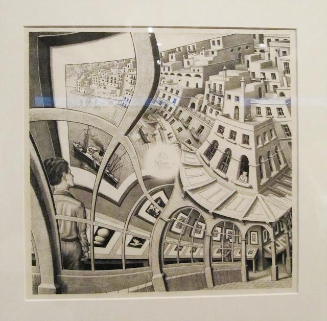 Obra com efeito ótico feito com impressão em metal. Na obra mostra um menino através da janela e uma cidade.