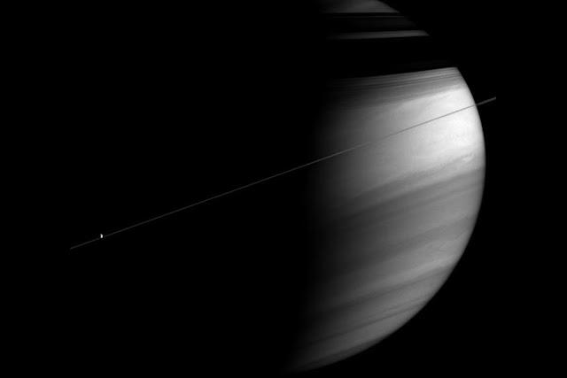 Hình ảnh màu thật được chụp vào ngày 27 tháng 3 năm 2004, khi tàu sắp sửa tiếp cận quỹ đạo của Sao Thổ vào tháng 7 năm 2004. Hình ảnh: NASA/JPL.