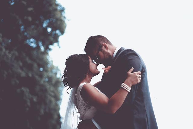 przes%25C4%2585dy%2B%25C5%259Blubne%2B %2Bsuknia - Przesądy ślubne - Czemu Pan Młody nie powinien widzieć sukni?
