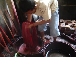 Menengok Proses Pembuatan Tenun Ikat Bandar Kediri  Info Kediri