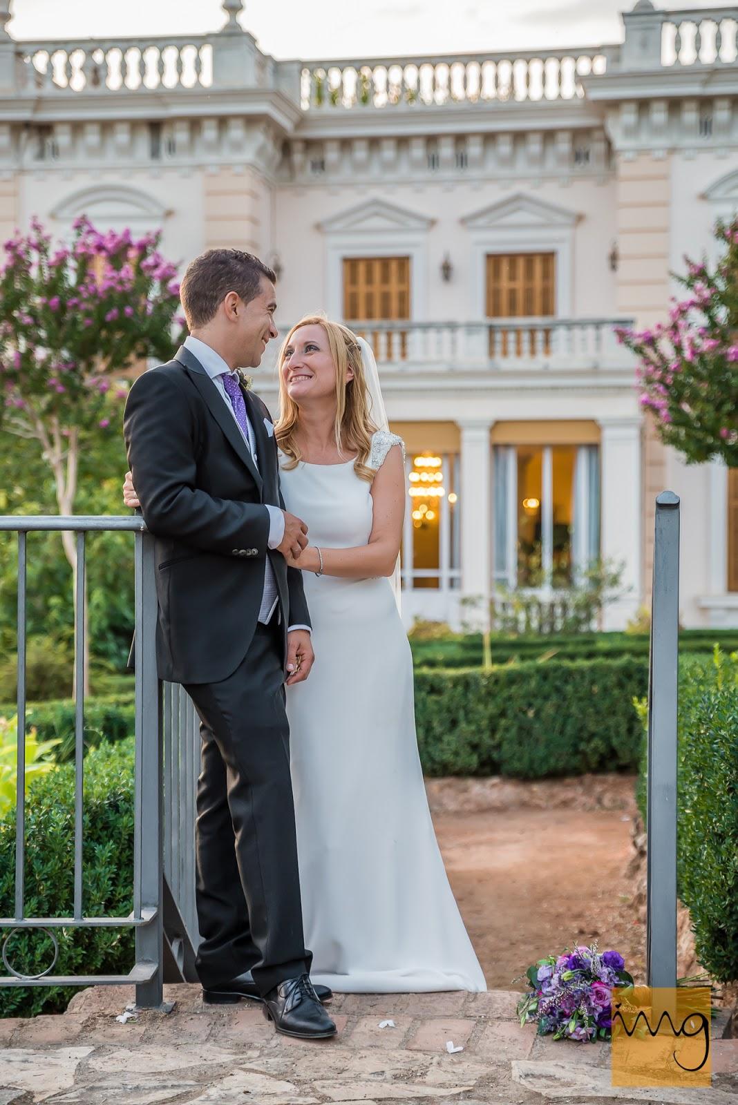 Fotografía de boda con el Palacio Quinta Alegre de Granada de fondo