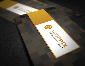 Üzerinde siyah ve kahverengi renklerde kare desenler olan kartvizit