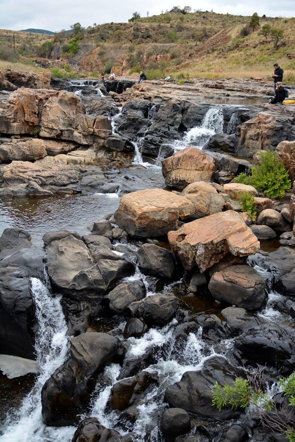 wasser fließt durch steine