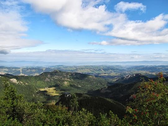 Z lewej widać polanę Kalatówki, za nią wznosi się Krokiew (1378 m n.p.m.), a z prawej mamy Nosal (1206 m n.p.m.).