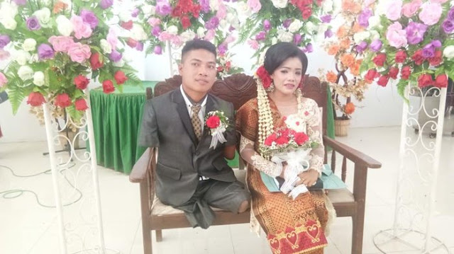 Pasangan suami istri Fandi Barita Sitanggang dengan Dame boru Siringoringo di GKPS Kongsi Laita Simalungun, Kamis (12/7/2018). Fandi merupakan seorang penyandang disabilitas.