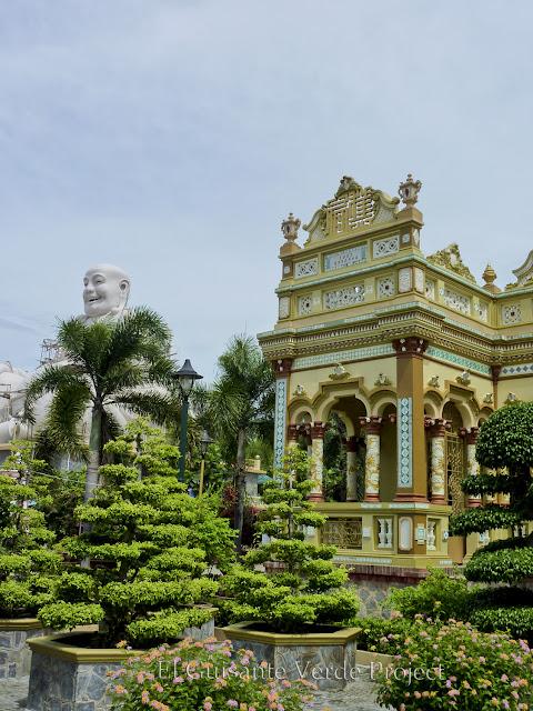 Fachada y jardines de Vinh Trang por El Guisante Verde Project