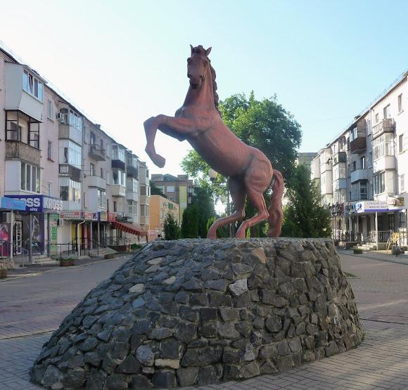 Конготоп. Вул. Братів Лузанів. Пішохідна зона. Пам'ятник коню