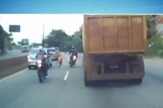 VÍDEO: Homem atropela pedestre e por muito pouco um caminhão não o atinge em cheio