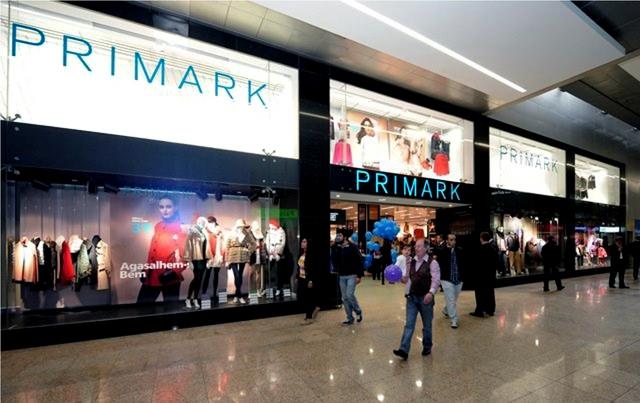 a797dcb98 A Primark, cadeia de moda de preços baixos que se negou durante anos a ter  uma loja 'online', começou a vender a sua roupa através da Internet, ...