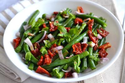 Salada de Vagem com Tomate Seco e Manjericão (vegana)