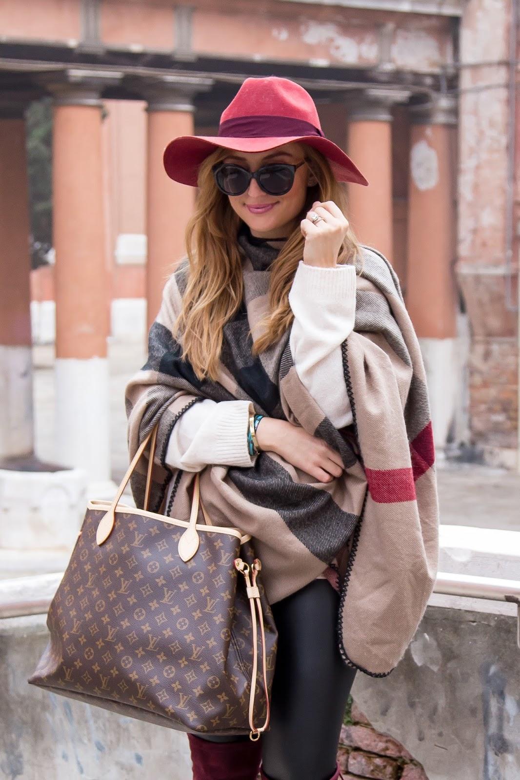 femininer-stil-femininer-look-burberry-poncho-klassich-weinroter-Hut-fedora-hut-louis-vuitton-tasche-neverfull-gm-tache-was-trage-ich-im-winter-winter-outfits-fashionblogger-blogger-style-im-winte