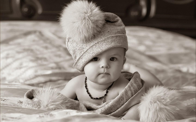 siyah ve beyaz güzel sevimli bebek resmi