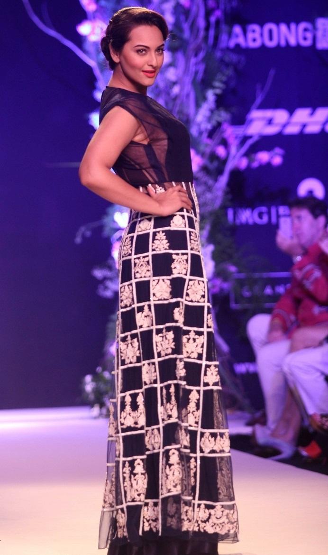 Indian Glamours Girl Sonakshi Sinha Stills In Blue Dress At Lakme Fashion Week