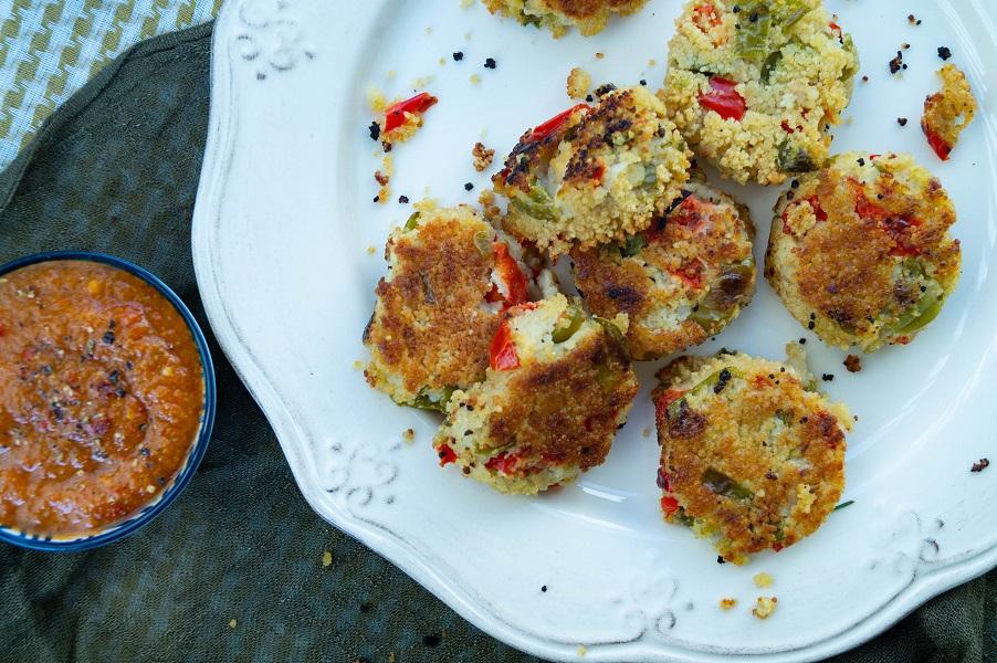 knusprige Couscous-Gemüse-Häppchen mit scharfer Aprikosensalsa