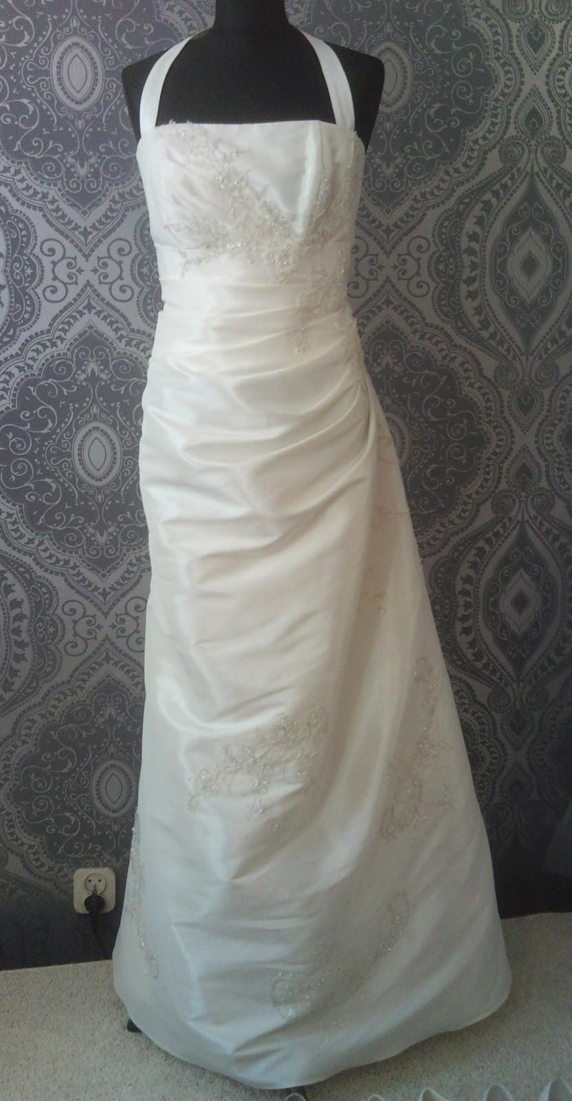 cd14a20da1 Suknia ślubna wykonana z tafty. Jednoczęściowa. Fason litery A. Dekolt  prosty. Ramiączka zapinane na szyi. Marszczenia w talii podkreślają  sylwetkę.