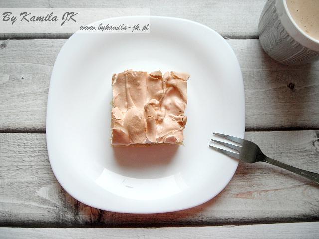 Kruche ciasto z rabarbarem truskawkami malinami jabłkami brzoskwiniami borówkami pianką bezową