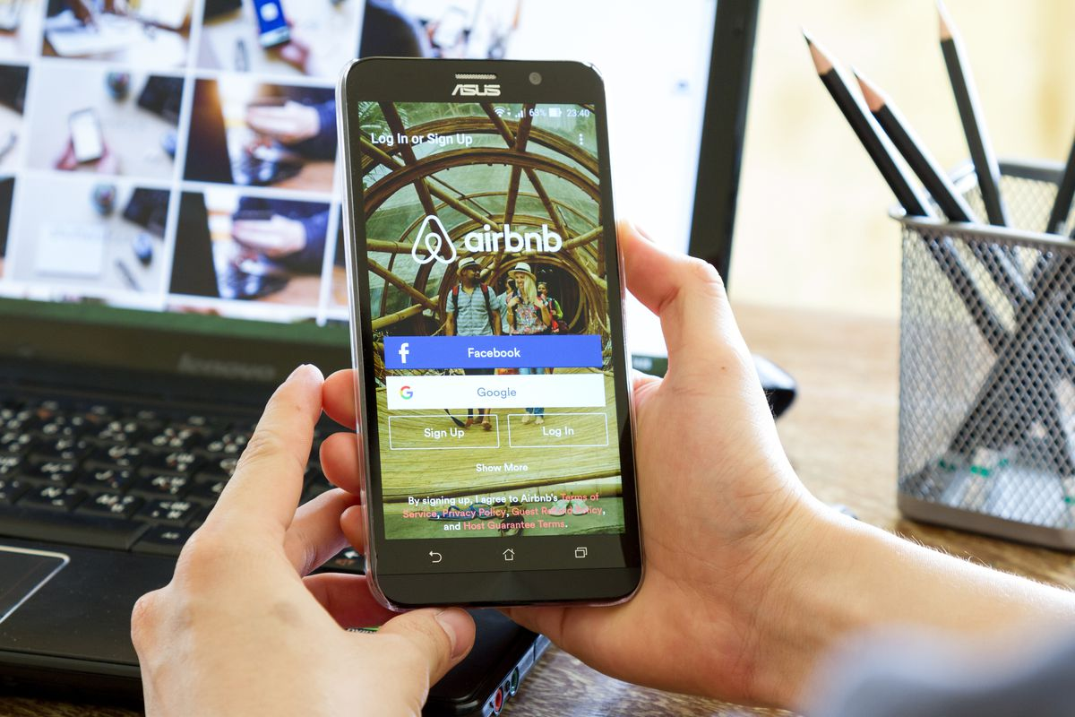 Airbnb aims to F&B