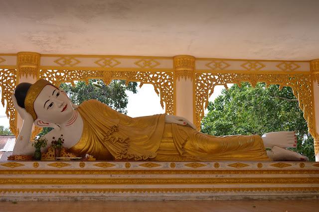 Bouddha allongé dans un temple proche de Yangon
