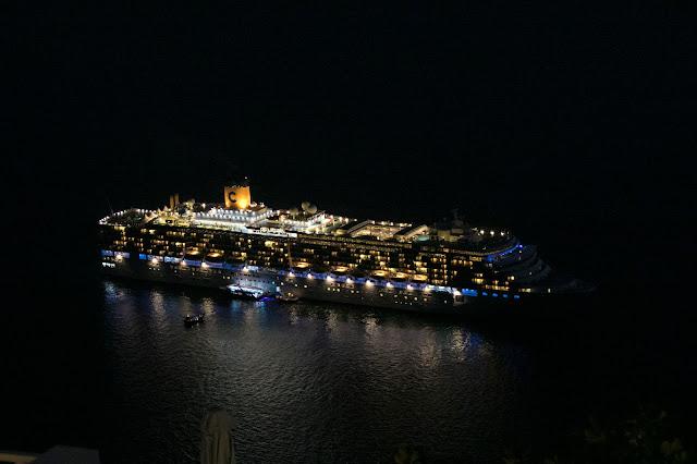 Nave da crociera-Santorini