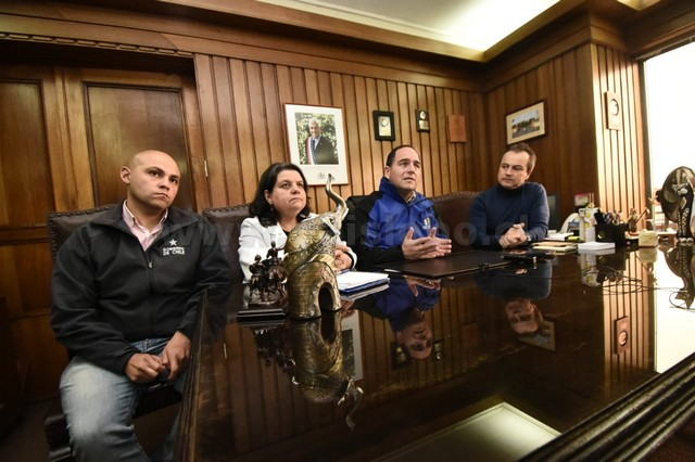 Intendente de Los Ríos, César Asenjo; el alcalde de Río Bueno, Luis Reyes