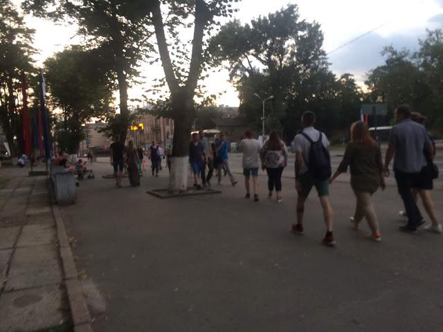 Остановка летний сад, много народу в День города Пскова