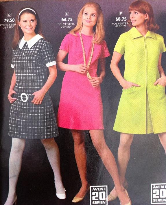 91b451b72f33 Sobra klänningar passar bra under den mörka tiden på året. Lägg märke till  att modellerna blandar fjärran blickar med kamerakontakt och ser ut att  vara på ...