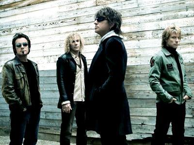Foto de Bon Jovi posando parados