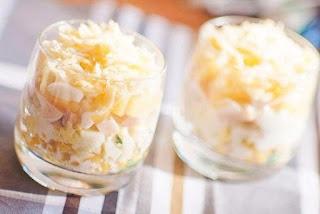 Слоеный салат с ветчиной и ананасами