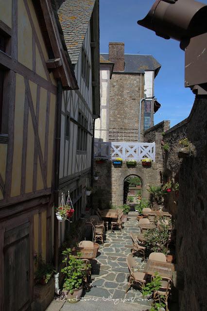 W zatłoczonym Mont Saint-Michel można znaleźć spokojną restaurację