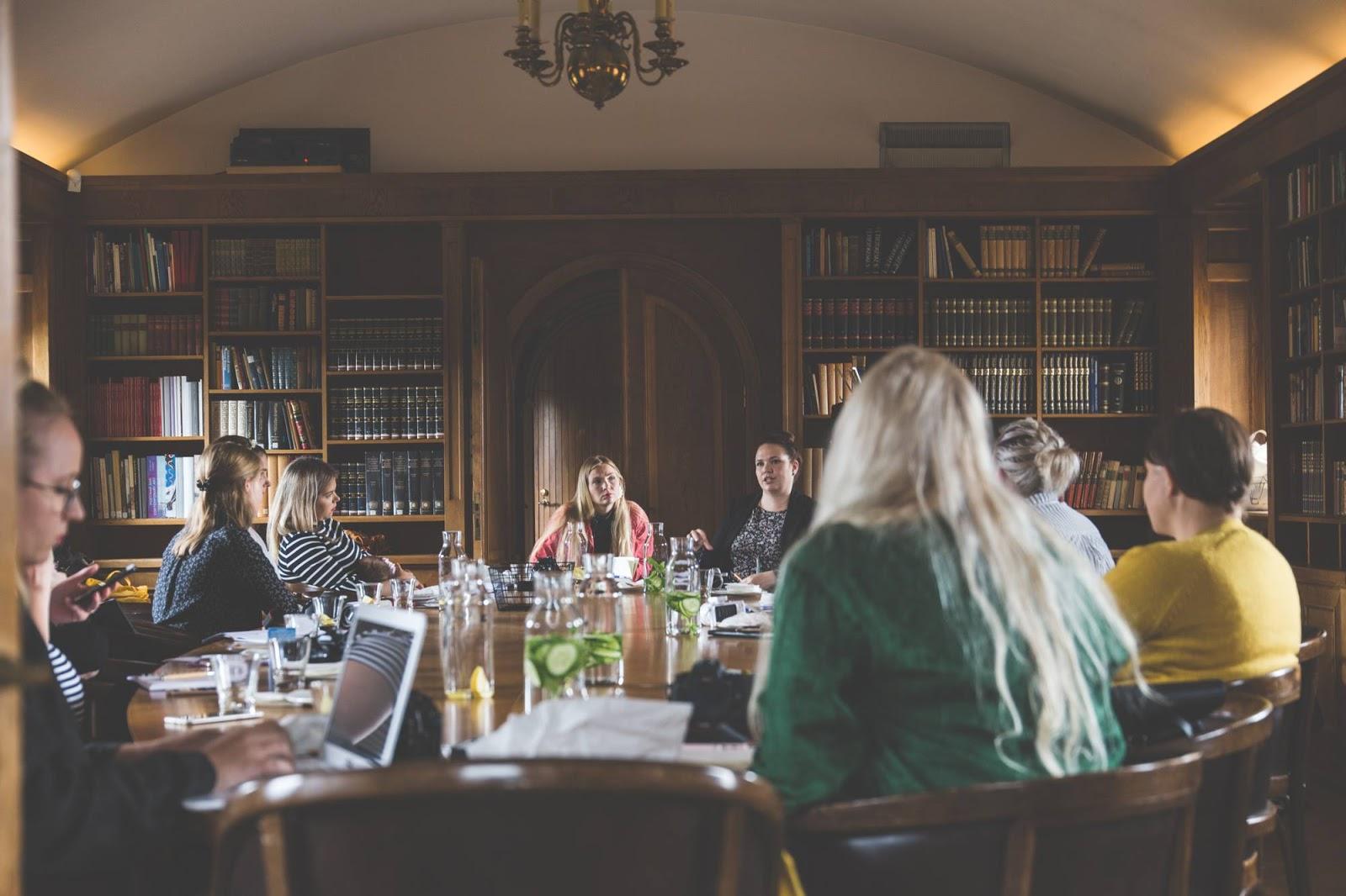 Aboa Vetus & Ars Novan upea biljardihuone oli idyllinen paikka nauttia Varpublogien workshopeista.