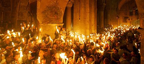 L7zet ghrog alnor almoqads men al qods لحظة خروج النور المقدس بكنيسة القيامة فى القدس