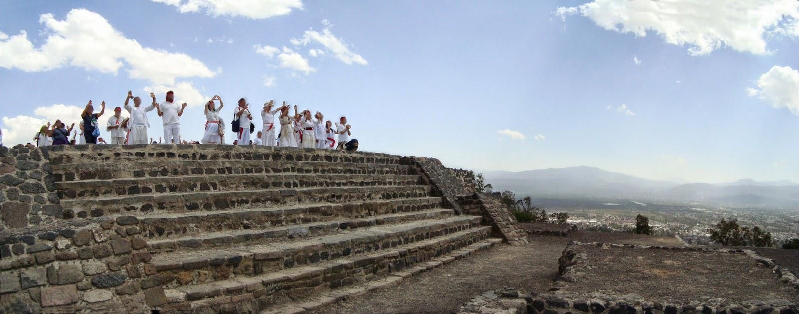 personas celebrando una ceremonia en el cerro de la estrella