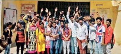 नीमकाथाना कॉलेज में अपनी मांगों को लेकर छात्र-छात्राओं का प्रदर्शन
