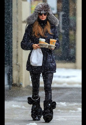 Olivia Palermo, ikona stylu, co nosic zima, moda zima, trendy, modne trendy, inspiracje modowe, futrzak, futrzana kamizelka, futrzany kołnierz, w jej stylu, blog modowy, stylizacje zimowe, styl Olivii Palemro, co nosić zimą