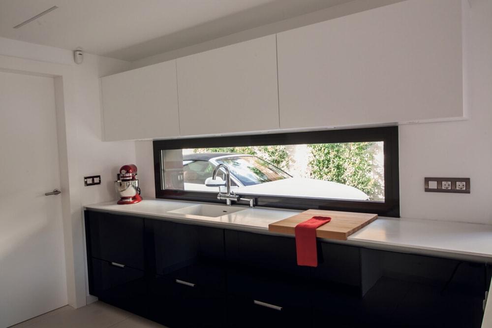 con el fregadero bajo la ventana cocinas con estilo