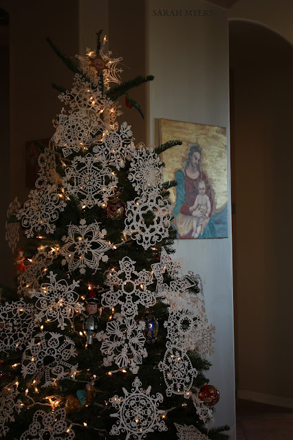Christmas, tree, snowflakes, noel, navidad, natale, snow, paper, ornaments, 2016, Christ, angel, star, decorations, decor, deco, interior, interiores, house, home, casa, season, holiday, handmade, art, arte, lights, Christmastime, decoration, diy, weihnachten, cut-paper, medallions, handwork, Sarah, Myers, photography, front, fir, fir-tree