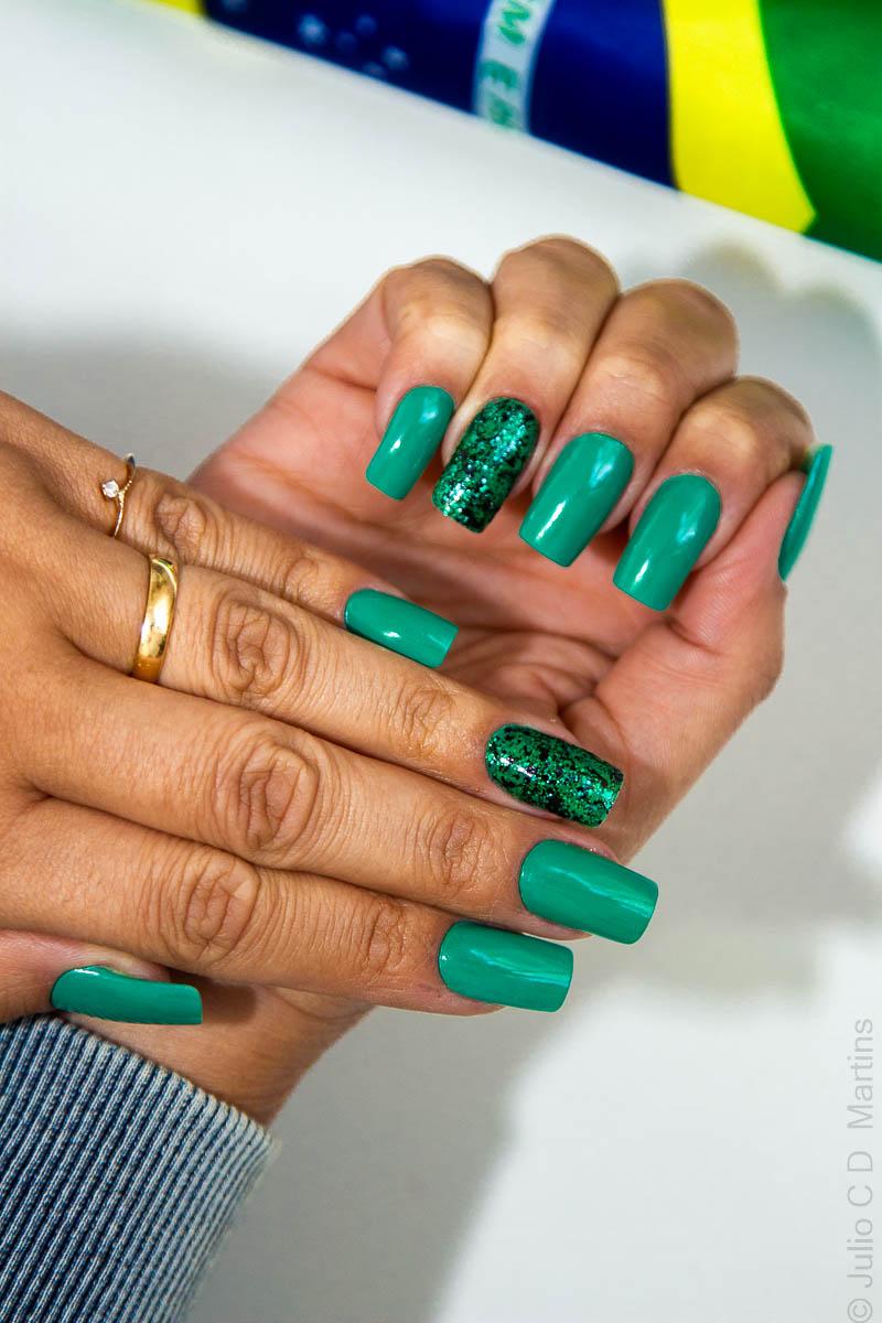 Unhas para Copa: verde + filha única com glitter
