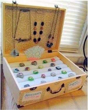 Manfaatkan koper vintage jadi kotak perhiasan yang cantik dan unik.