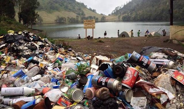 Mencemari Lingkungan dengan Membuang Sampah Sembarangan