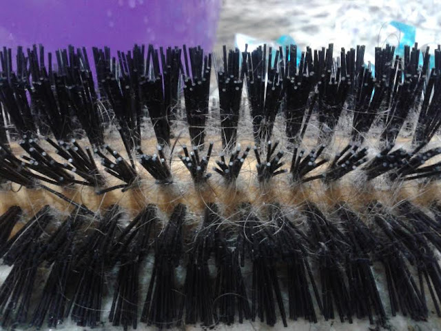 Como limpar escovas de cabelo.