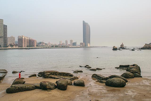 Le bord de mer sur l'île de Gulangyu et les gratte-ciel de Xiamen juste en face