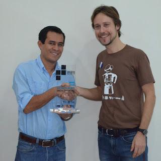 Consegna del trofeo Umami Barista Camp Honduras Special Edition 2015 al responsabile della Cooperativa Douglas Irquia Pineda.