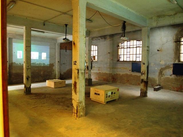 町中にある、廃墟がそのままアートスペース