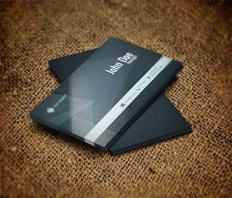 Siyah üstüne gri şeritli ve üzerinde üçgenimsi desenler olan kartvizit
