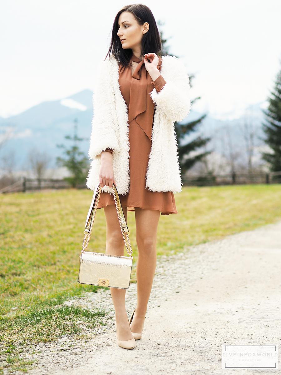 Hnedé šaty s volánovým rukávom