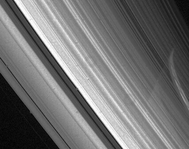 Hii-ni-picha-ya-pete-za-kwenye-sayari-ya-Zohali-iliyopigwa-na-Voyager-2