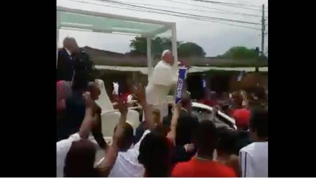 Así fue el golpe del Papa Francisco por frenón del papamóvil (VIDEO)