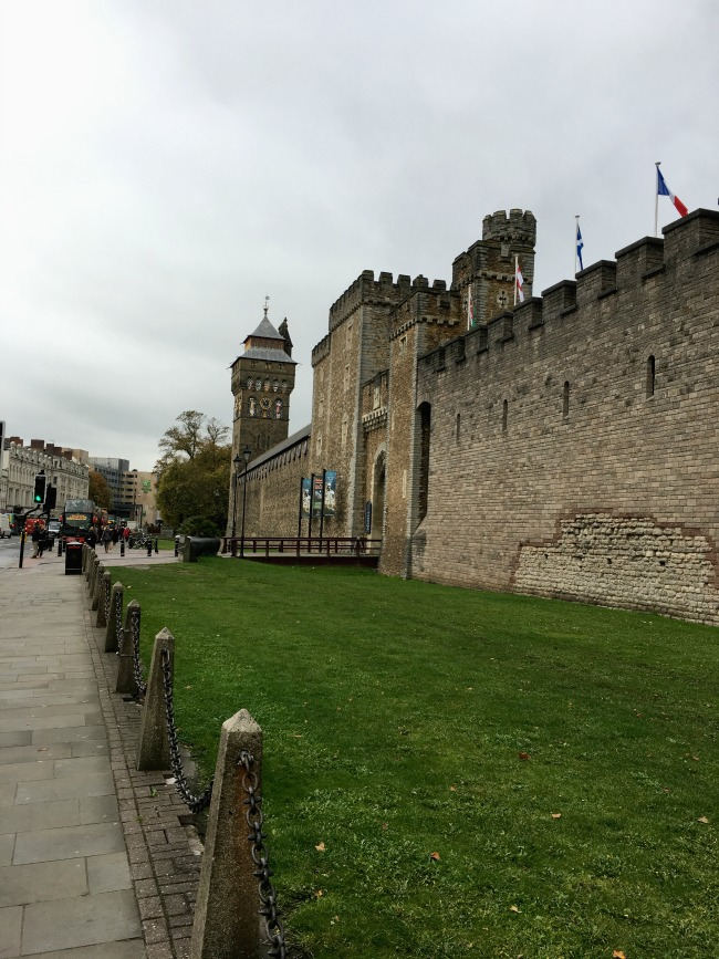 Cardiff-Castle-A-Toddler-Explores-outside-of-the-castle