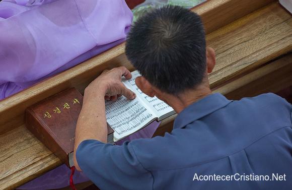Cristiano norcoreano lee Biblia en iglesia clandestina
