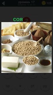 на столе несколько ингредиентов в от числе соя